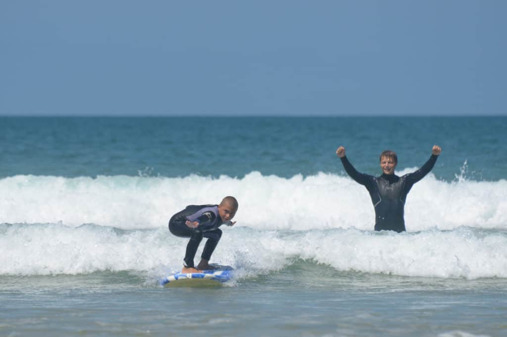 Coach unge børn i surfing