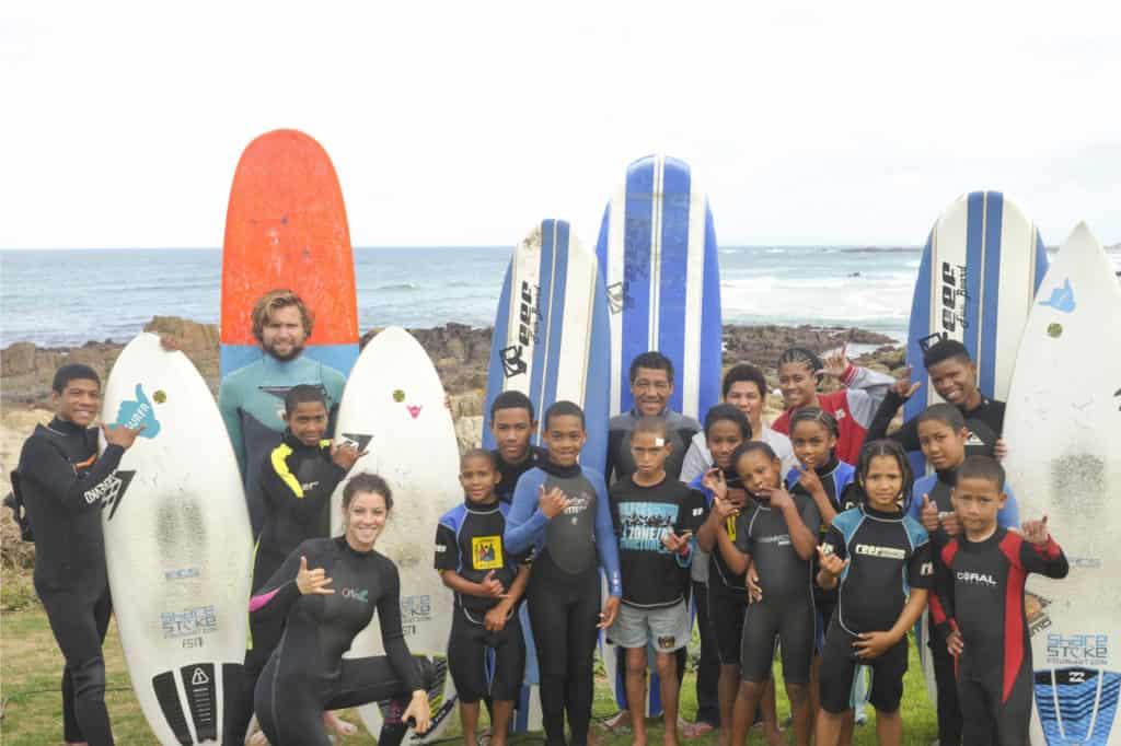 Lær unge børn i Sydafrika at surfe