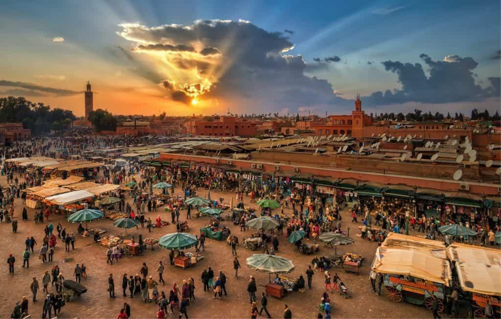 Solnedgang over det lokale marked