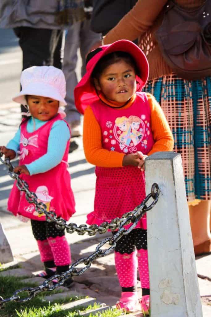 De lokale børn i Peru og Bolivia